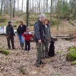 Anette och Melwin lyssnar på Lennarts instruktioner